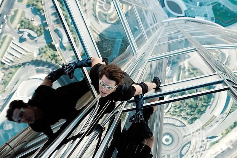 """E05111102.JPG MÉXICO, D.F., Film-Cine-Misión Imposible 4 .- Tom Cruise, encarnando al agente Ethan Hunt, se lanza desde el edificio más alto del mundo: el Bhutj Kalifa, de Dubai. Esta es una de las escenas más impactantes que se verán en """"Misión Imposible 4: El protocolo fantasma"""". RDB. Foto: Especial/ Agencia EL UNIVERSAL. (GDA via AP Images)"""