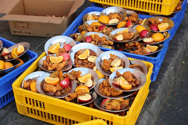 DUBAI , UNITED ARAB EMIRATES , MAY 23 – 2018 :- Snacks for the iftar at the mosque near Al Ghubaiba bus station during the Unseen Trails Iftar Walk presented by Gulf Photo Plus and Frying Pan Adventures in Bur Dubai area in Dubai.  ( Pawan Singh / The National )  For Weekender