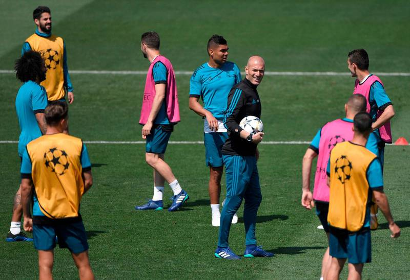 Real Madrid's French coach Zinedine Zidane and his players attend a training session during Real Madrid's Media Open Day ahead of their UEFA Champions league final footbal match against Liverpool FC, in Madrid on May 22, 2018. / AFP / GABRIEL BOUYS
