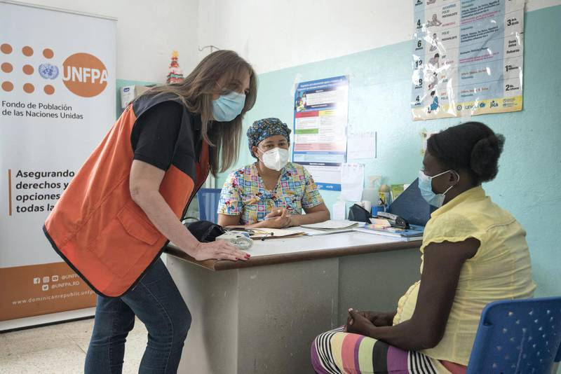 Patient Cecilia Joseph receives information from Dr. Dulce Chaín at the Rinconcito National Polyclinic Center, Rinconcito, Elías Piña, Dominican Republic. (Photo by Bayoan Freites / UNFPA / Bayoan Freites / UNFPA)