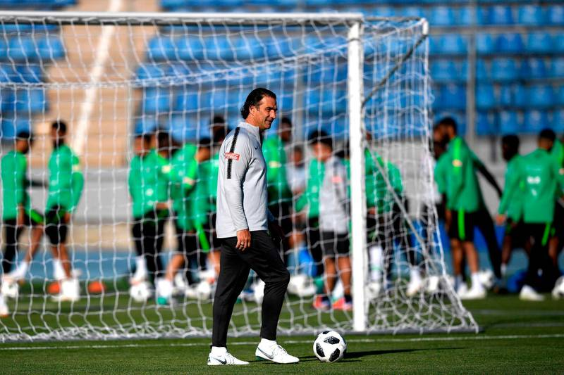 Saudi Arabia's head coach Juan Antonio Pizzi from Argentina attends a training session on June 10, 2018 in Saint-Petersburg before the upcoming 2018 football World Cup   / AFP / GABRIEL BOUYS