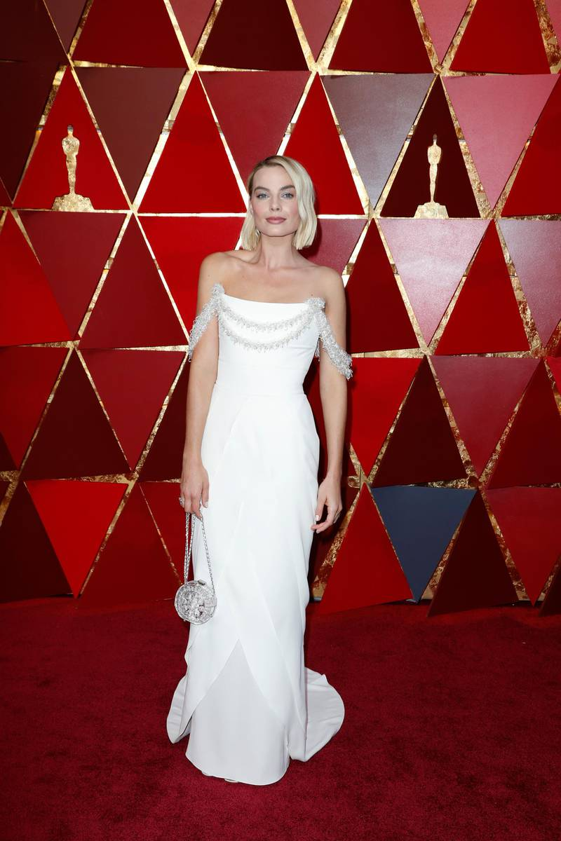 epa06580877 Margot Robbie arrives for the 90th annual Academy Awards ceremony at the Dolby Theatre in Hollywood, California, USA, 04 March 2018. White dress by Chanel. The Oscars are presented for outstanding individual or collective efforts in 24 categories in filmmaking.  EPA-EFE/PAUL BUCK