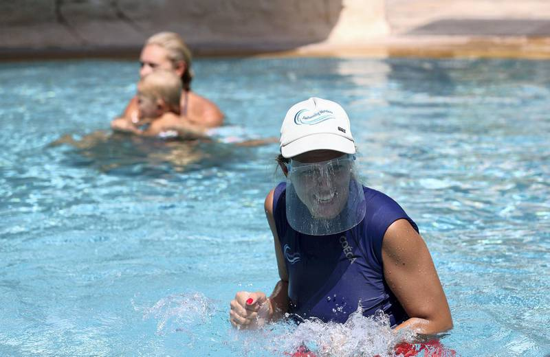 Dubai, United Arab Emirates - N/A. News. Coronavirus/Covid-19. Swimming Wonders founder and instructor Gemma Altarriba takes a swimming lesson whilst wearing a protective face shield. Monday, September 14th, 2020. Dubai. Chris Whiteoak / The National