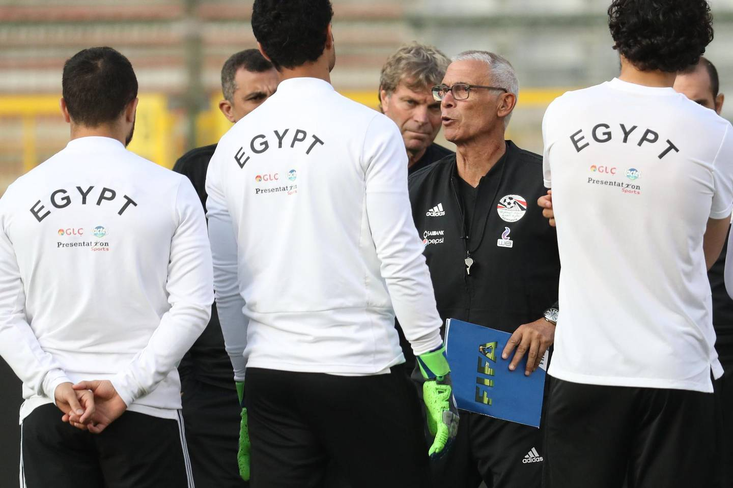 Egypt's head coach Hector Cuper speaks to Egyptian national football players during a training session on June 5, 2018, in Brussels on the eve of the International friendly football match between Egypt and Belgium prior to the Russia World Cup 2018.  Belgium OUT  / AFP / BELGA / VIRGINIE LEFOUR