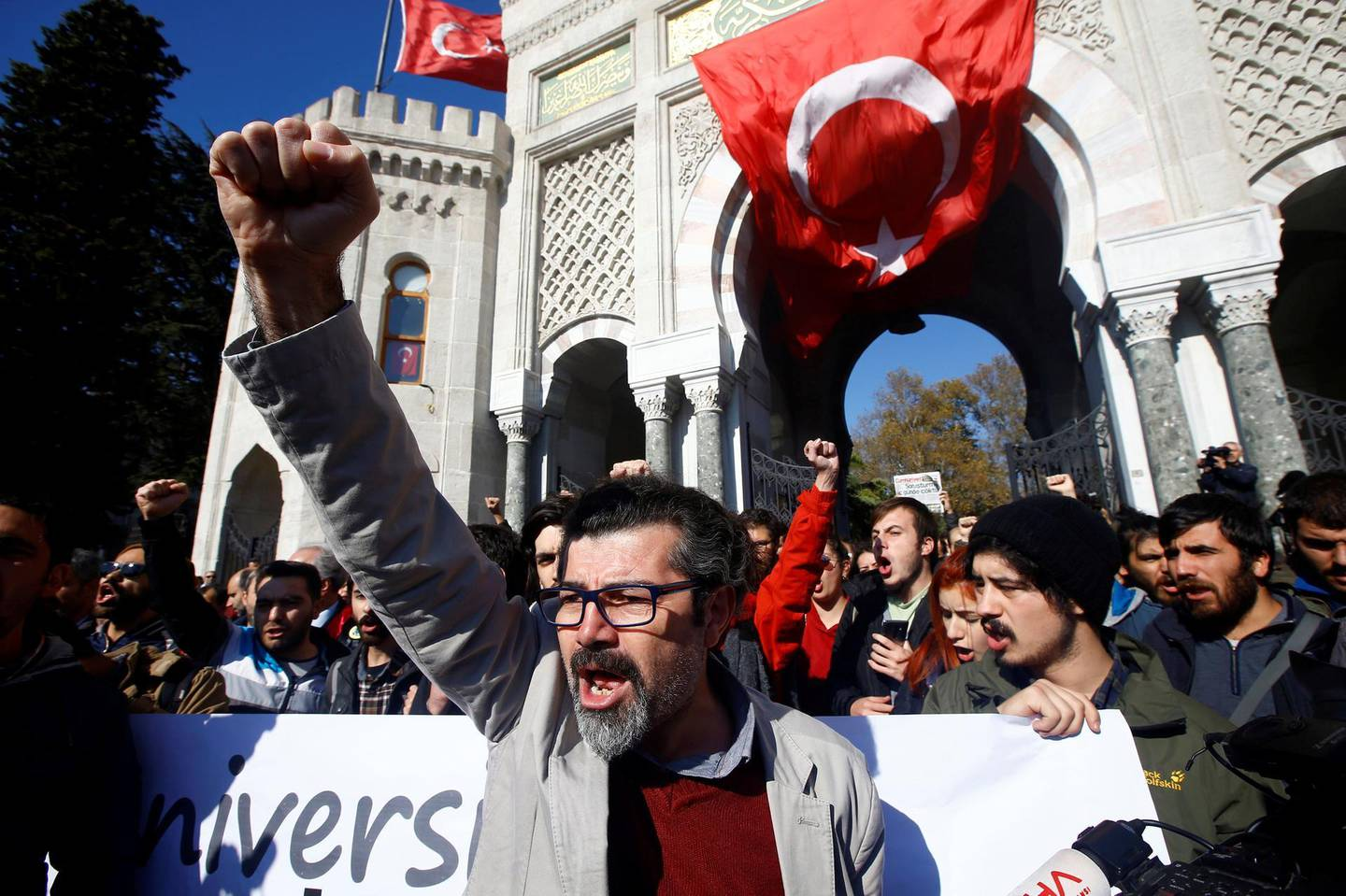 Demonstrators shout slogans during a protest against a purge of thousands of education staff since an attempted coup in July, in front of the main campus of Istanbul University at Beyazit square in Istanbul, Turkey, November 3, 2016. REUTERS/Osman Orsal - S1BEUKRUIXAA