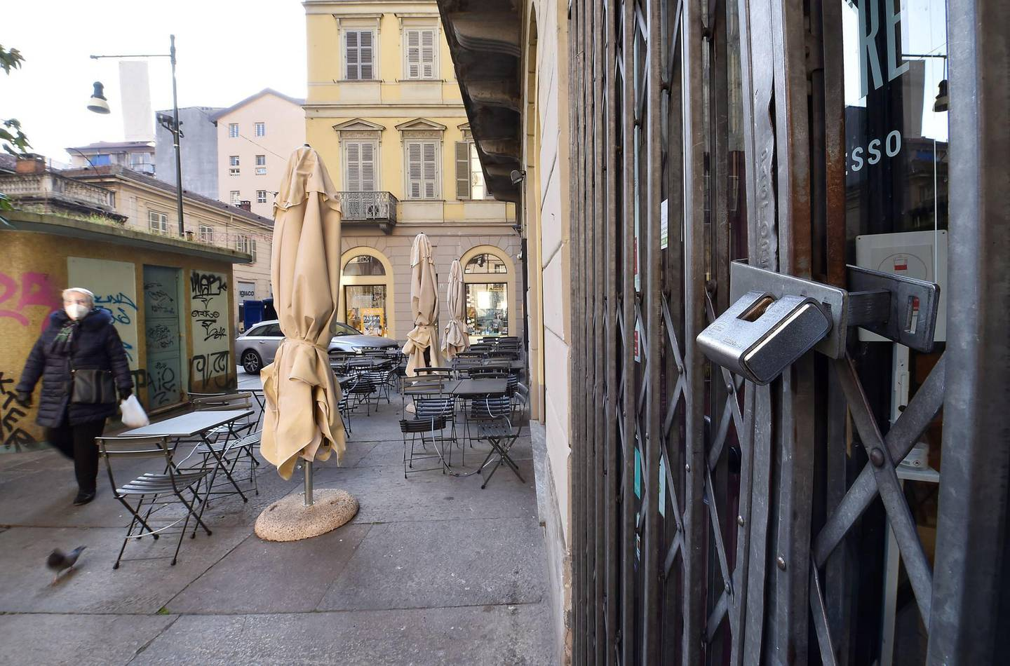 epa08841339 Bars and restaurants are closed during the second wave of the Covid-19 Coronavirus pandemic, in Turin, Italy, 25 November 2020. Italy fights with the second wave of pandemic of the SARS-CoV-2 coronavirus which causes the Covid-19 disease.  EPA/ALESSANDRO DI MARCO