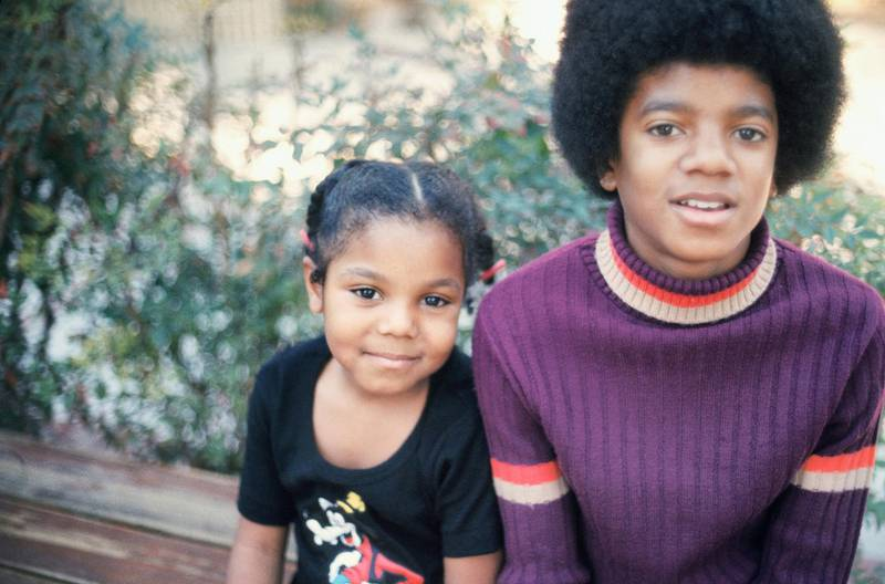 LOS ANGELES - DECEMBER 18:  Michael Jackson and his sister Janet pose for a photo at their Hollywood Hills home on December 18 1972 in Los Angeles, California. (Photo by Michael Ochs Archive/Getty Images)