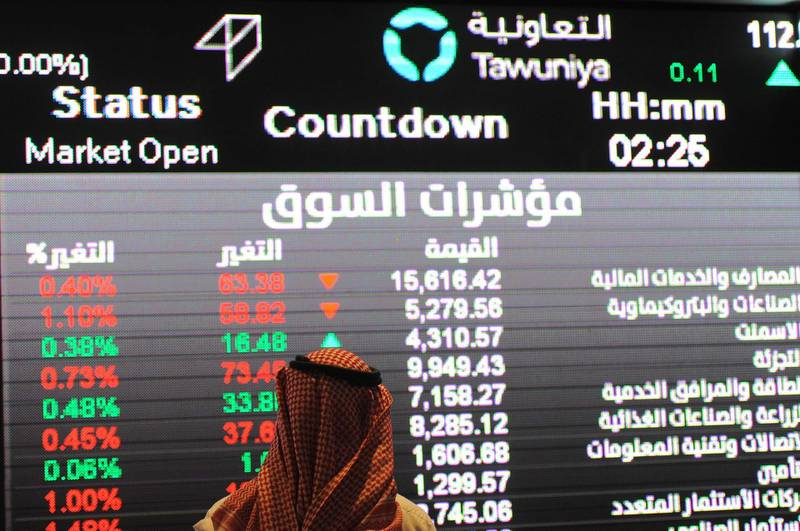 (FILES) This file photo taken on December 14, 2016 shows a Saudi investor inspecting the stock exchange monitors at the Saudi Stock Exchange, or Tadawul, in the capital Riyadh. Shares in Kingdom Holding, 95 percent of which is owned by billionaire Prince Al-Waleed bin Talal, dived 9.9 percent as the Saudi stock exchange opened on November 5, 2017 after reports of his arrest. The Saudi Tadawul All-Shares Index (TASI) also dropped 1.6 percent only a minute after the start of trading on the Arab world's largest stock market following a sweeping crackdown on corruption that saw the arrest of leading royals and businessmen. / AFP PHOTO / FAYEZ NURELDINE