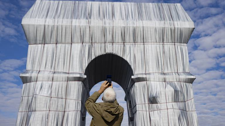 An image that illustrates this article Christo's 'Arc de Triomphe, Wrapped' opens to the public in Paris