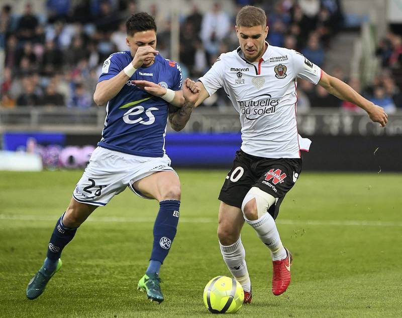 Nice's French defender Maxime Le Marchand  (R) vies with Strasbourg's French midfielder Jonas Martin during the French L1 football match between Strasbourg (RCSA) and Nice (OGC) on April 28, 2018 at the Meinau stadium in Strasbourg, eastern France. / AFP PHOTO / FREDERICK FLORIN
