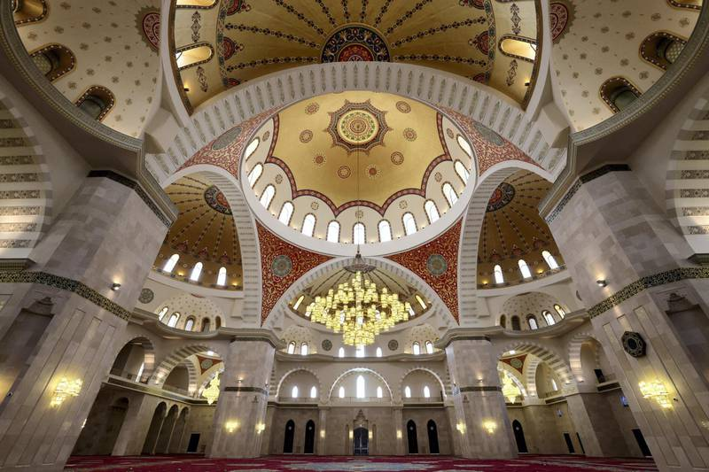 A picture taken on April 14, 2021 on the second day of fast during the Muslim holy month of Ramadan shows a the interior of the Sheikh Zayed Mosque in the Gulf emirate of Fujairah. (Photo by Giuseppe CACACE / AFP)
