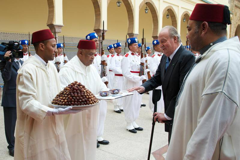 RABAT, MOROCCO - JULY 16:  King Mohammed VI of Morocco (R) receives King Juan Carlos of Spain (L) at the Royal Palace for a official dinner during the second day of his visit to Morocco on July 16, 2013 in Rabat, Morocco. King Juan Carlos of Spain is on a four-day official visit to Morocco.  (Photo by Carlos Alvarez/Getty Images)