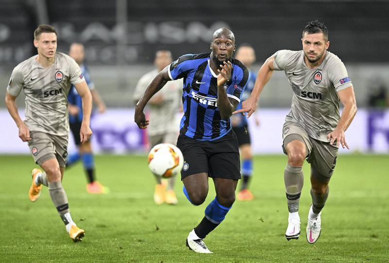 DUESSELDORF, GERMANY - AUGUST 17: Romelu Lukaku of Inter Milan is challenged by Davit Khocholava of Shakhtar Donetsk during the UEFA Europa League Semi Final between Internazionale and Shakhtar Donetsk at Merkur Spiel-Arena (Duesseldorf Arena) on August 17, 2020 in Duesseldorf, Germany. (Photo by Sascha Steinbach/Pool via Getty Images)