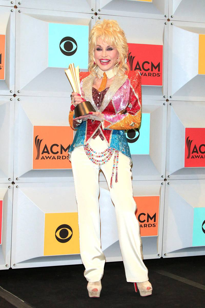 epa05243089 US singer-sonwriter Dolly Parton stands for a portrait in the press room at the 51st annual Academy of Country Music Awards ceremony at the MGM Grand Garden Arena in Las Vegas, Nevada, USA, 03 April 2016.  EPA/NINA PROMMER