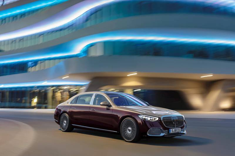 Mercedes-Maybach S 680 4MATIC (Kraftstoffverbrauch kombiniert: 14,1-13,3 l/100 km, CO2-Emissionen kombiniert: 322-305 g/km); Exterieur: designo rubelitrot/kalaharigold; Interieur: Leder Nappa macchiatobeige/bronzebraun pearl; Zierteile: designo Holz Walnuss braun offenporig aluminium lines // Mercedes-Maybach S 680 4MATIC (combined fuel consumption: 14.1-13.3 l/100 km, combined CO2 emissions: 322-305 g/km); exterior: designo rubelit red/kalahari gold; interior: Leather Nappa macchiato beige / bronze brown pearl; trim parts: designo brown open-pore walnut wood with aluminium lines