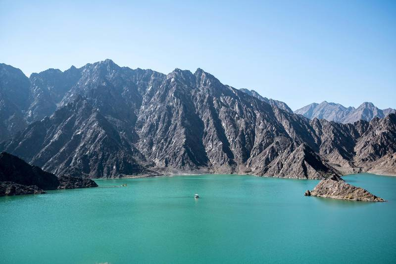 M1N54E Hatta is the inland exclave of the emirate of Dubai in the UAE where people can enjoy kayaking and boating on the lake of Hatta Dam. United Arab Emirates. David GABIS / Alamy Stock Photo