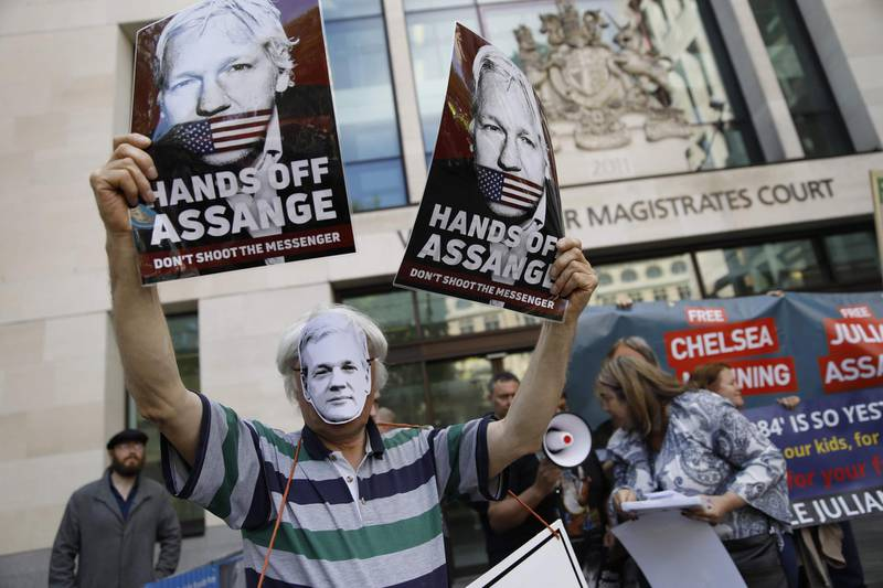 Supporters of WikiLeaks founder Julian Assange hold placards and a banners in protest outside Westminster Magistrates Court in London on May 30, 2019 where there was a short hearing in Assange's extradition case. Britain's review of a US request to extradite WikiLeaks founder Julian Assange on espionage charges was moved Thursday to July, with his lawyer reporting the whistleblower in poor health. / AFP / Tolga AKMEN