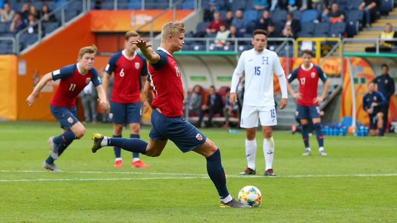 LUBLIN, POLAND - MAY 30: Erling Haland of Norway scores his team's fourth goal from the penalty spot during the 2019 FIFA U-20 World Cup group C match between Norway and Honduras at Arena Lublin on May 30, 2019 in Lublin, Poland. (Photo by Alex Livesey - FIFA/FIFA via Getty Images)