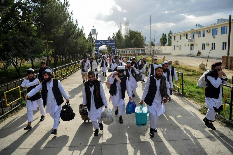 TOPSHOT - Taliban prisoners walk as they are in the process of being potentially released from Pul-e-Charkhi prison, on the outskirts of Kabul on July 31, 2020. Afghan President Ashraf Ghani on July 31 ordered the release of 500 Taliban prisoners as part of a new ceasefire that could lead into long-delayed peace talks. / AFP / WAKIL KOHSAR