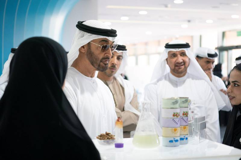 AL AIN, ABU DHABI, UNITED ARAB EMIRATES - February 7, 2019: HH Sheikh Mohamed bin Zayed Al Nahyan, Crown Prince of Abu Dhabi and Deputy Supreme Commander of the UAE Armed Forces (L), speaks with students while visiting UAE University in Al Ain.  ( Ryan Carter / Ministry of Presidential Affairs ) ---