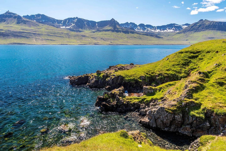 2AHN5FA The coastline of Mjoifjordur  were Hofsa river joins the Atlantic Ocean, Austurland, Fjardabyggd, Eastern Iceland. Alamy
