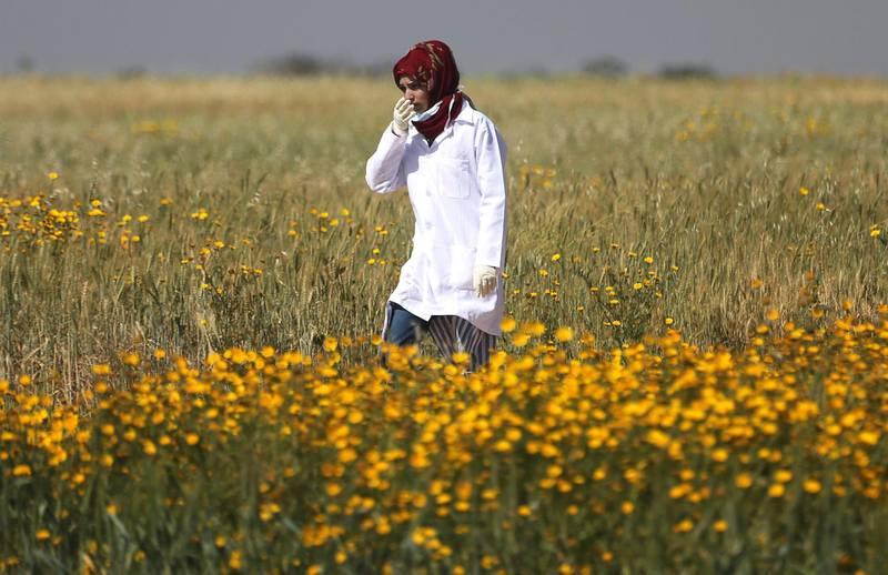 Female Palestinian medic Razan Al-Najar works at the scene of clashes at Israel-Gaza border, in the southern Gaza Strip April 1, 2018. Picture taken April1, 2018. REUTERS/Ibraheem Abu Mustafa - RC1687202A00
