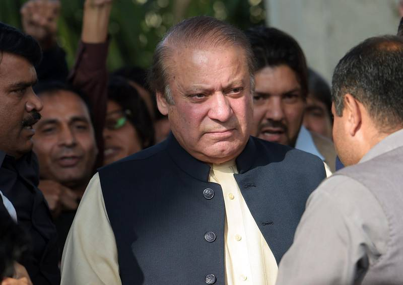 (FILES) This file photo taken on September 26, 2017 shows Pakistani ousted prime minister Nawaz Sharif (C) as he leaves after a press conference on his appearance in front of an accountability court to face corruption charges, in Islamabad. A Pakistani court on October 26 issued arrest warrants for ousted prime minister Nawaz Sharif in two cases of corruption spiralling from the Panama Papers leak, his lawyers said.  / AFP PHOTO / AAMIR QURESHI