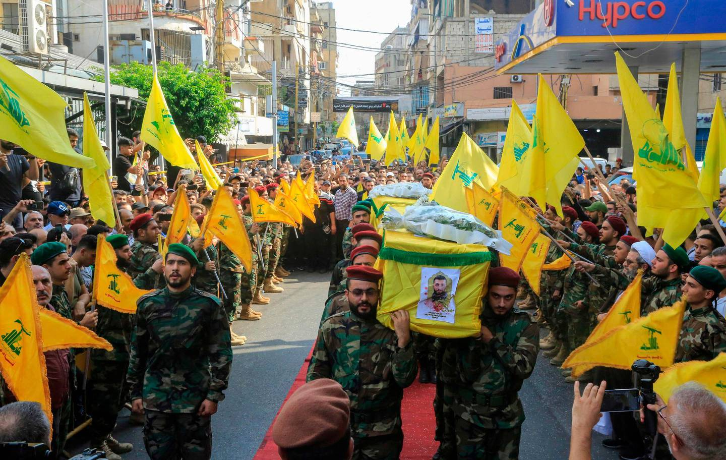 Members of Lebanon's Shiite Hezbollah movement carry the coffin of their fellow comrades, who were killed in Israeli strikes in Syria, during the funeral in the Ghobeiry neighbourhood of southern Beirut on August 26, 2019. The head of Hezbollah Hassan Nasrallah said on August 25 that Israeli strikes overnight in Syria had hit a position used by his Lebanese Shiite group, killing two of its members.  / AFP / -