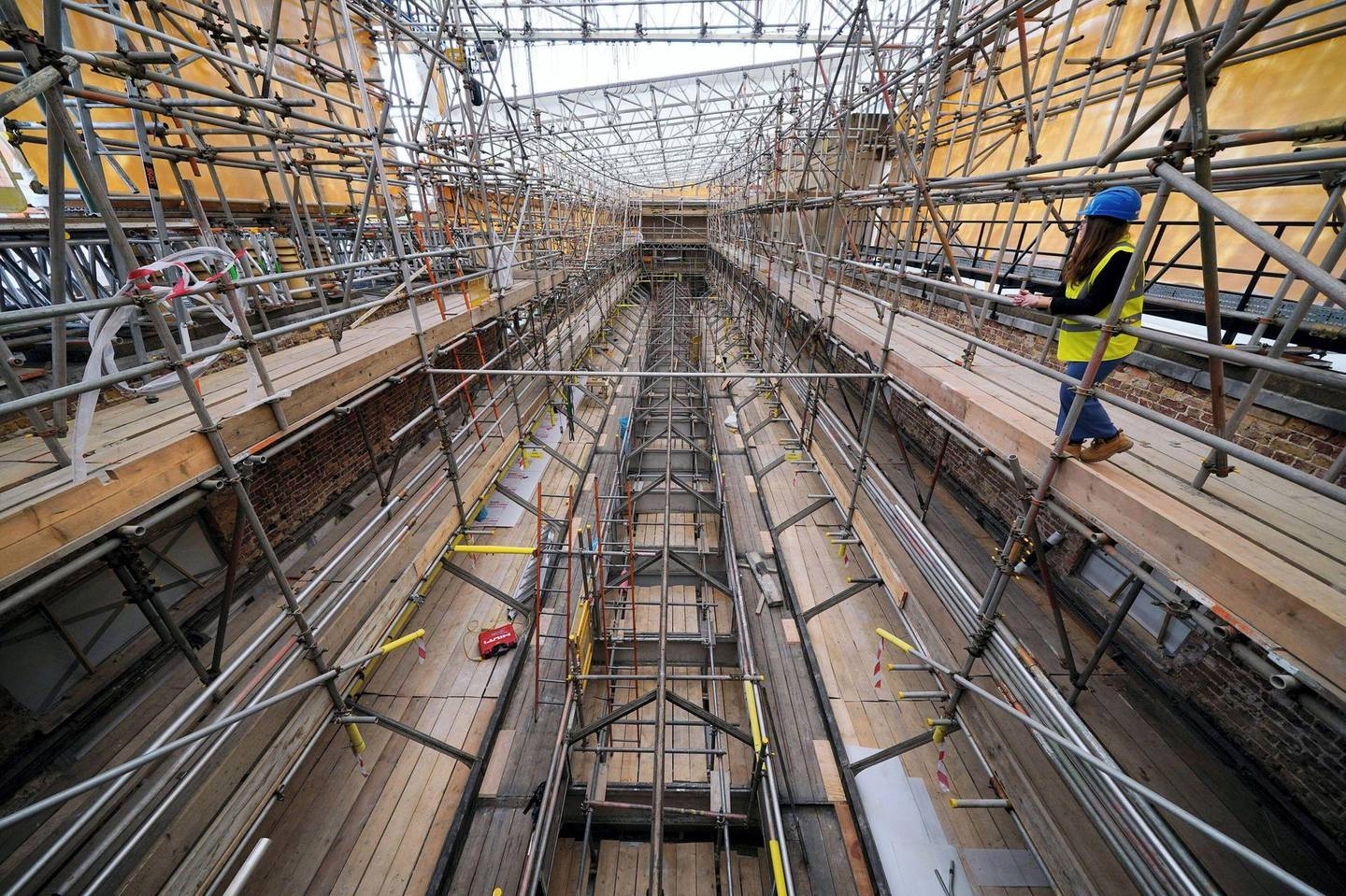 2G4XTMN Building work takes place on the roof of the Picture Gallery at Buckingham Palace in London, part of the 10-year refurbishment programme for the royal residence. Picture date: Monday June 21, 2021.