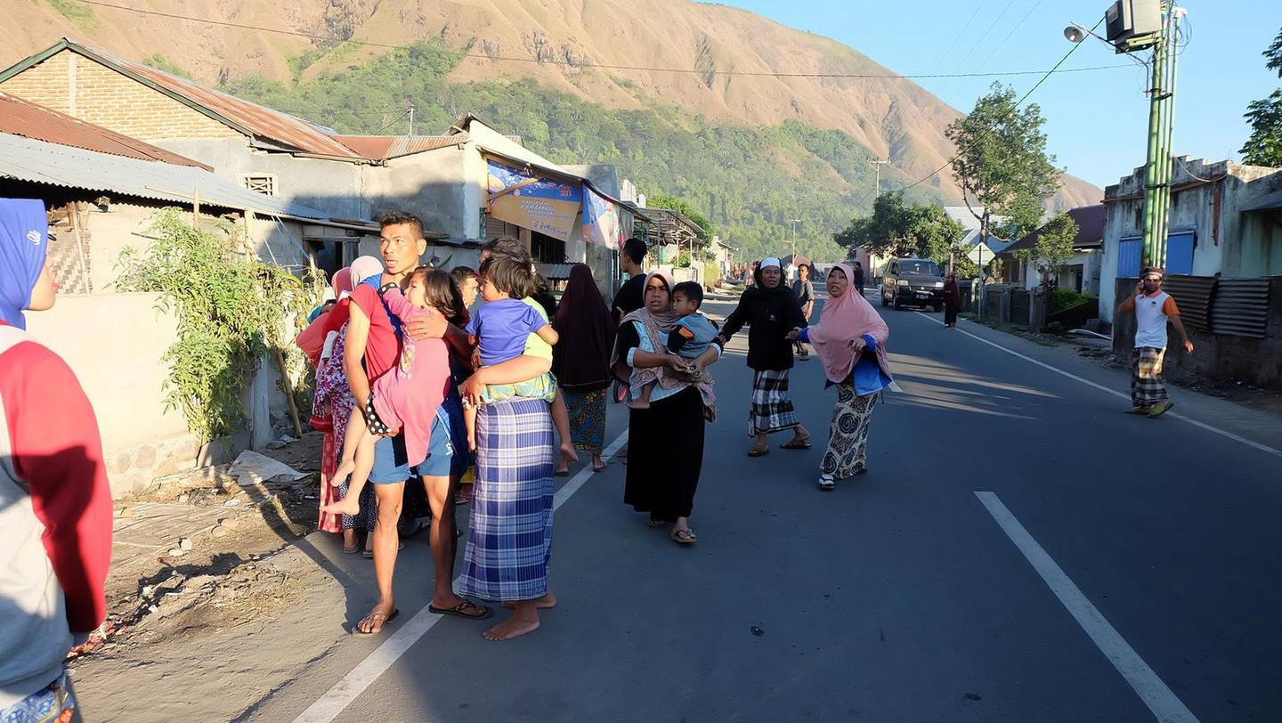 People gather on the streets following an earthquake in Lombok, Indonesia, July 29, 2018 in this picture obtained from social media. Courtesy of Lalu Onank/Social Media via REUTERS THIS IMAGE HAS BEEN SUPPLIED BY A THIRD PARTY. MANDATORY CREDIT. MUST ON SCREEN COURTESY LALU ONANK. NO RESALES. NO ARCHIVES.