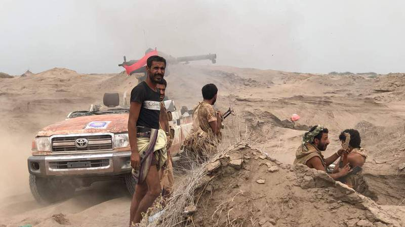Yemeni pro-government forces man a barricade in the area of al-Fazah in Yemen's Hodeida province on June 16, 2018. The UN envoy for Yemen carried a plan to halt fighting around the key aid port of Hodeida where Huthi rebels have been battling a regional coalition.More than 70 percent of Yemeni imports pass through Hodeida's docks and the fighting has raised UN fears of humanitarian catastrophe in a country already teetering on the brink of famine. / AFP / STRINGER