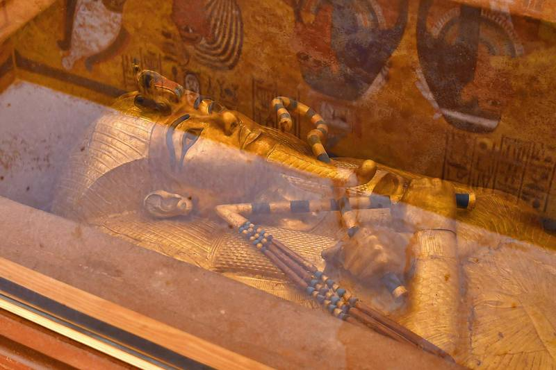 This picture taken on January 31, 2019 shows the golden sarcophagus of the 18th dynasty Pharaoh Tutankhamun (1332–1323 BC), displayed in his burial chamber in his underground tomb (KV62) in the Valley of the Kings on the west bank of the Nile river opposite the southern Egyptian city of Luxor (650 kilometres south of the capital Cairo). - The famous tomb underwent a nine-year conservation by a team of international specialists. (Photo by MOHAMED EL-SHAHED / AFP)