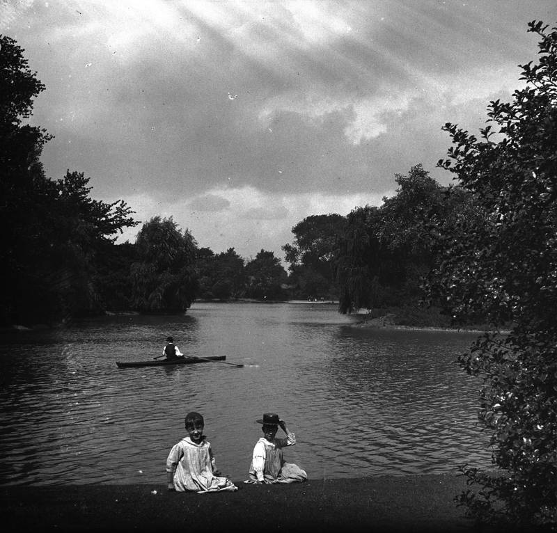 Two children on the bank of Battersea Park boating lake in south London, circa 1897. (Photo by London Stereoscopic Company/Hulton Archive/Getty Images)