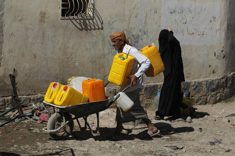 epa06336722 Yemenis wait to collect drinking water from a donated water pipe in Sana'a, Yemen, 18 November 2017. According to reports, the United Nations relief wing has warned of famine-like conditions unfolding in Yemen after the Saudi-led military coalition tightened its blockade on the impoverished Arab country.  EPA/YAHYA ARHAB