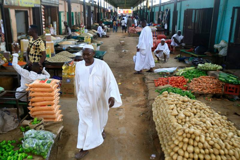 Sudanese vendors sell vegetables in the central market of Khartoum on June 10, 2019, as most of the shops and businesses remained shut. - Residents generally stayed indoors in the Sudanese capital on June 11 as a nationwide civil disobedience campaign aimed at pressuring the military rulers entered a third day. (Photo by Ashraf SHAZLY / AFP)