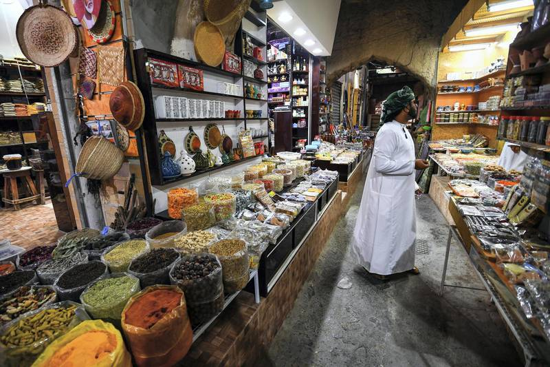 This picture taken on November 29, 2018 shows an Omani shopping at the souq in the city of Nizwa, about 160 kilometres southwest of the capital Muscat. (Photo by GIUSEPPE CACACE / AFP)