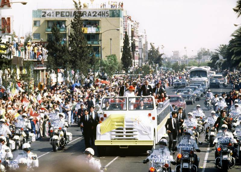 Pope John Paul II waves from his popemobile  26 January 1979 in Mexico City at the beginning of his first Pastororal visit outside Italy to Santo Domingo, Mexico and the Bahamas, from 25 January to 01 February. (Photo by AFP)