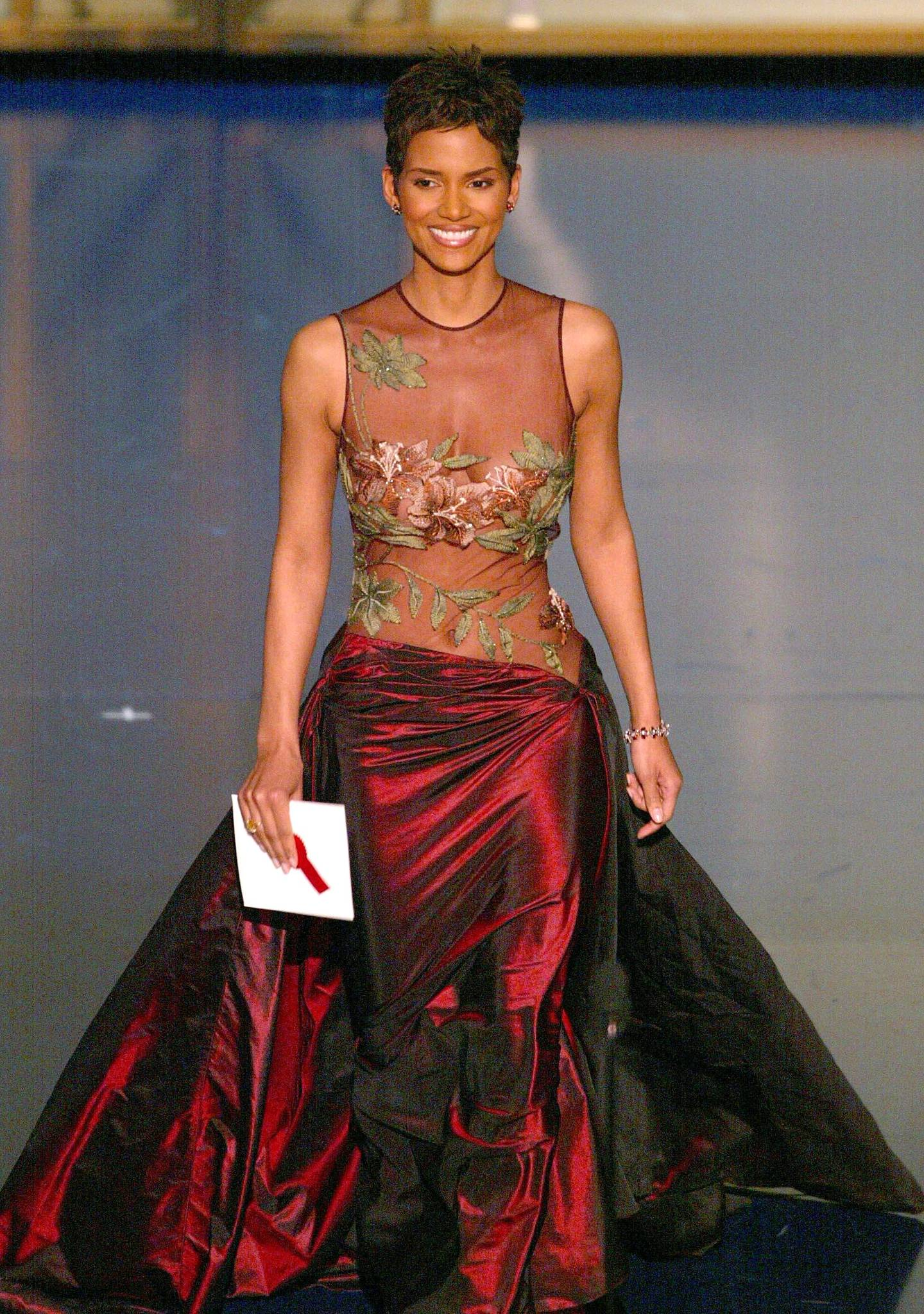 Best Actress nominee Halle Berry prepares to present the Oscar for achievement in Sound during the 74th Academy Awards at the Kodak Theatre in Hollywood, CA, 24 March 2002.   AFP PHOTO/TIMOTHY A. CLARY (Photo by TIMOTHY A. CLARY / AFP)
