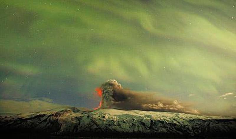 The Northern Lights are seen above the ash plume of Iceland's Eyjafjallajokull volcano in the evening April 22, 2010.  REUTERS/Lucas Jackson (ICELAND - Tags: DISASTER ENVIRONMENT) *** Local Caption ***  ICE924_ICELAND-_0423_11.JPG