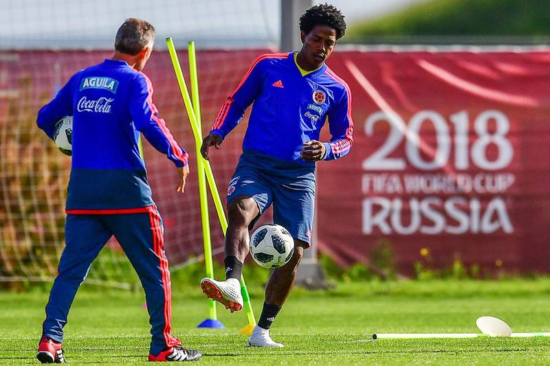 Colombia's midfielder Carlos Sanchez (R) takes part in a training session in Kazan on June 21, 2018, during the Russia 2018 World Cup football tournament.   / AFP / LUIS ACOSTA