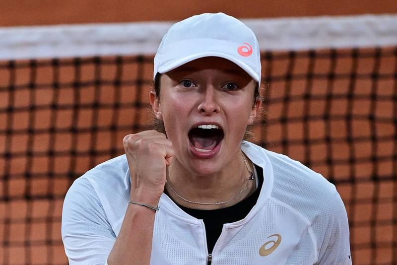 TOPSHOT - Poland's Iga Swiatek celebrates after winning against  Romania's Simona Halep  during their women's singles fourth round tennis match on Day 8 of The Roland Garros 2020 French Open tennis tournament in Paris on October 4, 2020. / AFP / MARTIN BUREAU