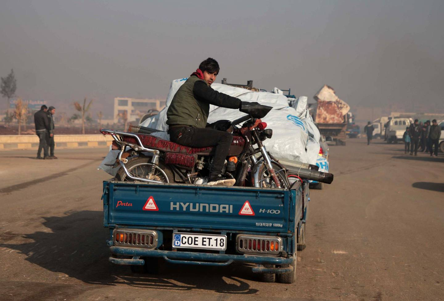 Syrians carrying their belongings drive towards the northern areas of Syria's Idlib province near the Syrian-Turkish border as they flee the bombardments in the southern areas of the country's last major opposition bastion, on December 20, 2019. / AFP / Aaref WATAD