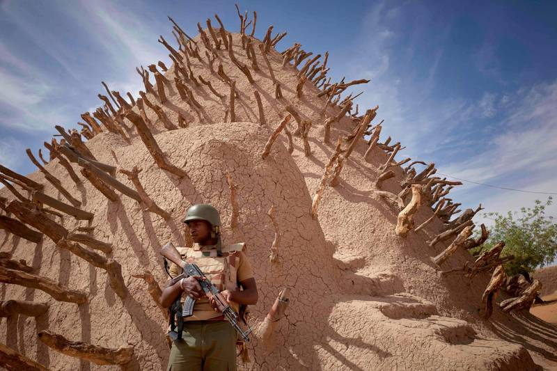 TOPSHOT - A soldier of the Malian army patrols the archaeological site of the Tomb of Askia in Gao on March 10, 2020.  The site, which was protected during the 10 months of jihadist occupation in 2012, represents one of the finest examples of Sudano-Sahelian architecture in the Sahel region. / AFP / MICHELE CATTANI