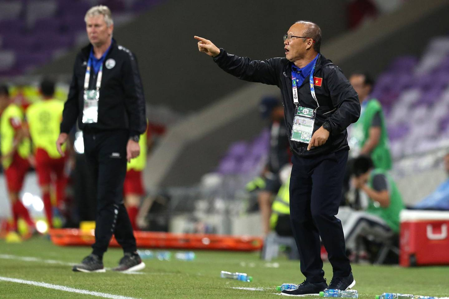 Vietnam's coach Hang-Seo Park (R) gives his instructions during the 2019 AFC Asian Cup group D football match between Vietnam and Yemen at the Hazza Bin Zayed Stadium in Al-Ain on January 16, 2019.  / AFP / -