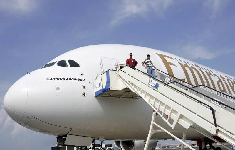 epa06449875 (FILE) - An Airbus A380, the largest passenger jet in the world, is seen in Dubai, United Arab Emirates, 19 November 2005. Reports on 18 January 2018 state Emirates airline has put in an order of 20 Airbus A380 passenger planes, with an option of an aditional 16. According to Airbus, the deal has a value of some 16 billion USD. Emirates was to sign a deal already in November 2017, but demanded additional guarantees that the plane would be continued to be built at least another 10 years.  EPA/STEFAN ZAKLIN *** Local Caption *** 00578760