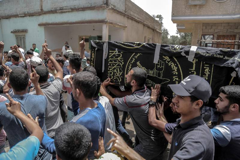 epa06766802 Palestinians mourners carry the coffin of Islamic Jihad fighter Abed Alhamlim Al-Naqa, 28, during his funeral in Khan Younis in southern Gaza Strip, 27 May 2018. Two Ismalic Jihad fighters were killed by Israeli tank fire targeting an observation post earlier on the same day, east of Rafa town in southern Gaza Strip.  EPA/HAITHAM IMAD