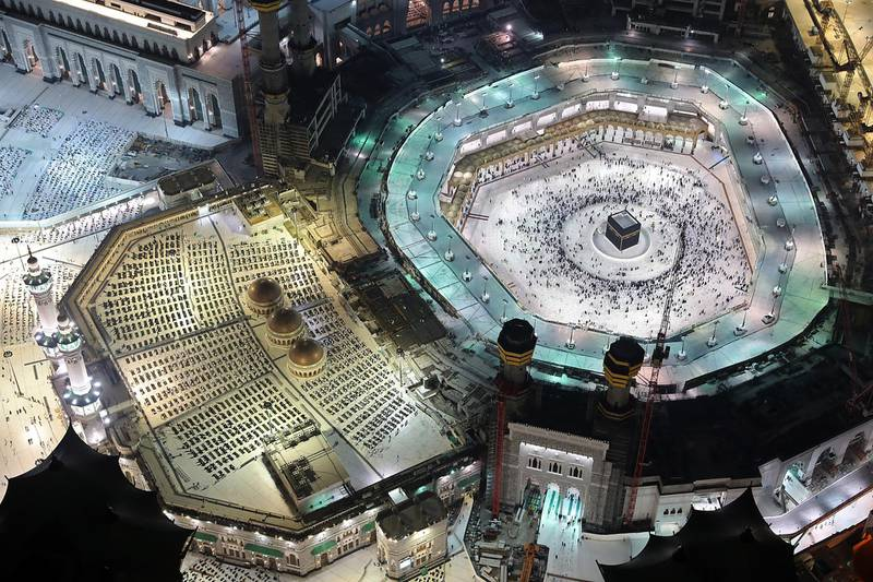 This picture taken late on May 9, 2021 during the Muslim holy fasting month of Ramadan, from the Mecca Royal Clock Tower of the Abraj al-Bait skyscraper complex, shows an aerial view of Muslim worshippers around the Kaaba, the holiest shrine in the Grand Mosque complex in Saudi Arabia's holy city of Mecca. (Photo by Bandar AL-DANDANI / AFP)
