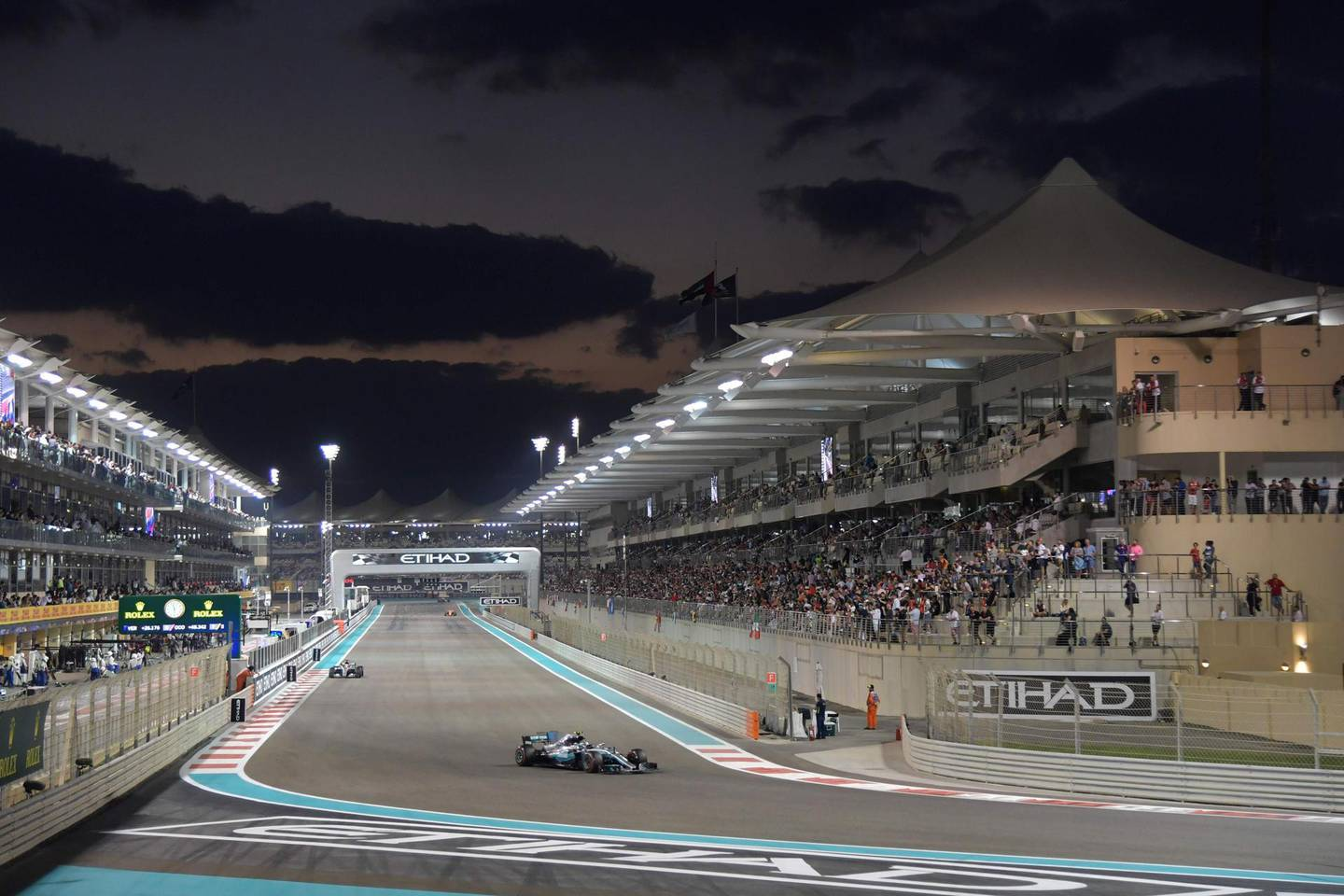 Mercedes' Finnish driver Valtteri Bottas steers his car during the Abu Dhabi Formula One Grand Prix at the Yas Marina circuit on November 26, 2017. / AFP PHOTO / Giuseppe CACACE