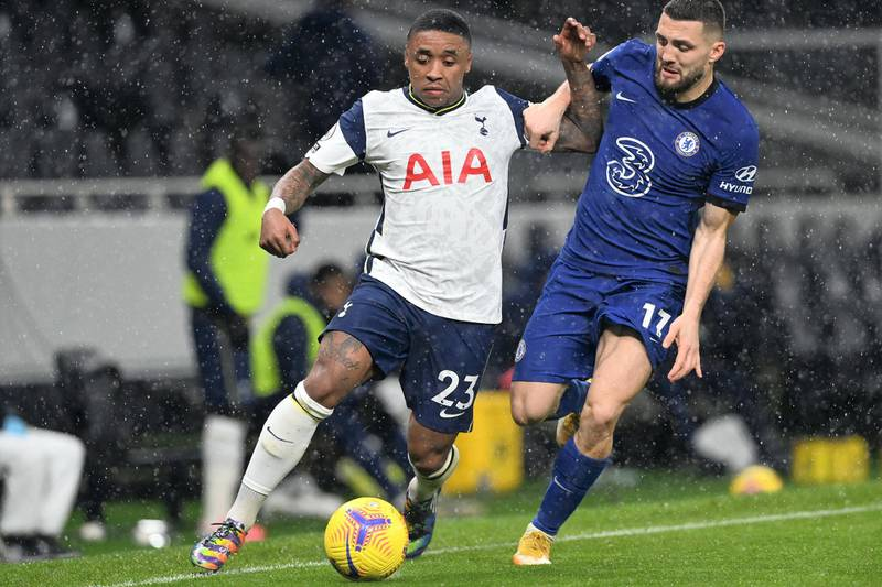 Tottenham Hotspur's Dutch midfielder Steven Bergwijn (L) runs away from Chelsea's Croatian midfielder Mateo Kovacic (R) during the English Premier League football match between Tottenham Hotspur and Chelsea at Tottenham Hotspur Stadium in London, on February 4, 2021. (Photo by NEIL HALL / POOL / AFP) / RESTRICTED TO EDITORIAL USE. No use with unauthorized audio, video, data, fixture lists, club/league logos or 'live' services. Online in-match use limited to 120 images. An additional 40 images may be used in extra time. No video emulation. Social media in-match use limited to 120 images. An additional 40 images may be used in extra time. No use in betting publications, games or single club/league/player publications. /