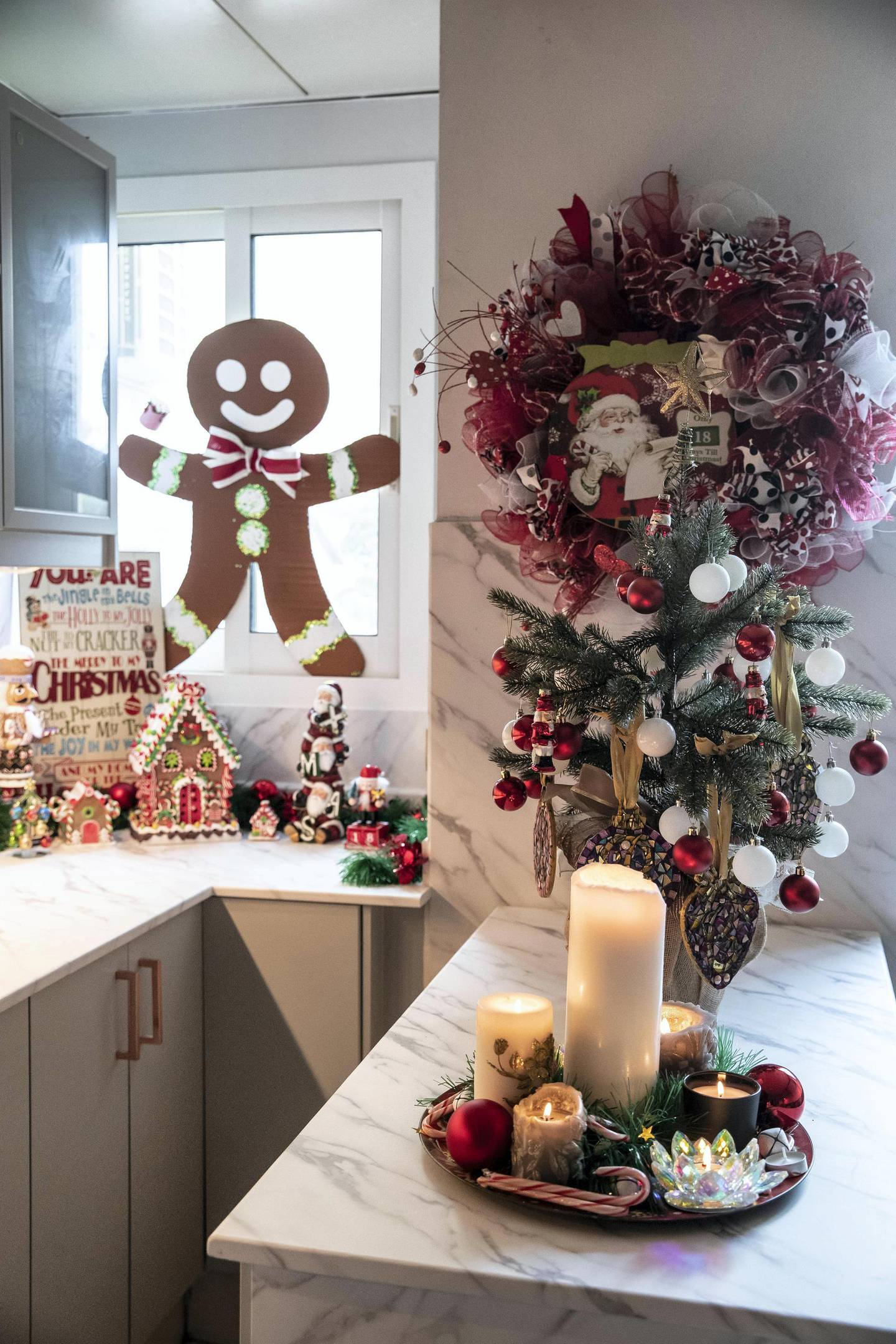 DUBAI UNITED ARAB EMIRATES. 07 DECEMBER 2020. Festive decorations by UAE residents, the home of  Cherry Watson and her husband. (Photo: Antonie Robertson/The National) Journalist: Janice Rodrigues. Section: National.